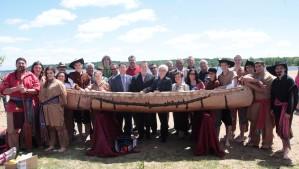 Les dignitaires devant le canot à l'île Pétrie